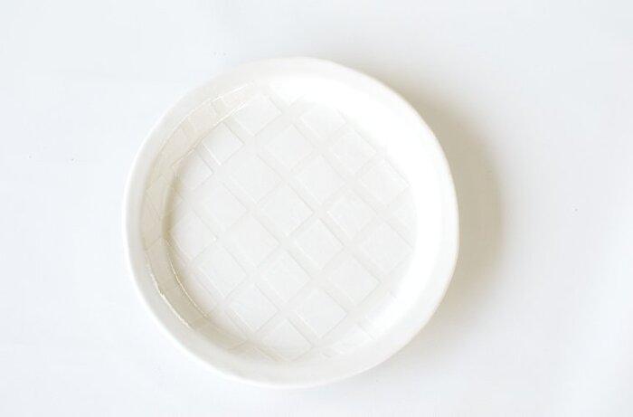 真っ白でも、模様があると少し柔らかなイメージに変わります。小さめサイズで、ケーキはもちろんパン、サラダ、取り皿にと幅広く活躍してくれます。