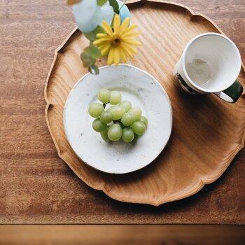 小さなお皿も、幅広リムがあるだけで盛りつけたものが特別に見えるから不思議です。フルーツはもちろん、お漬物や箸休めの一品にも活躍してくれます。
