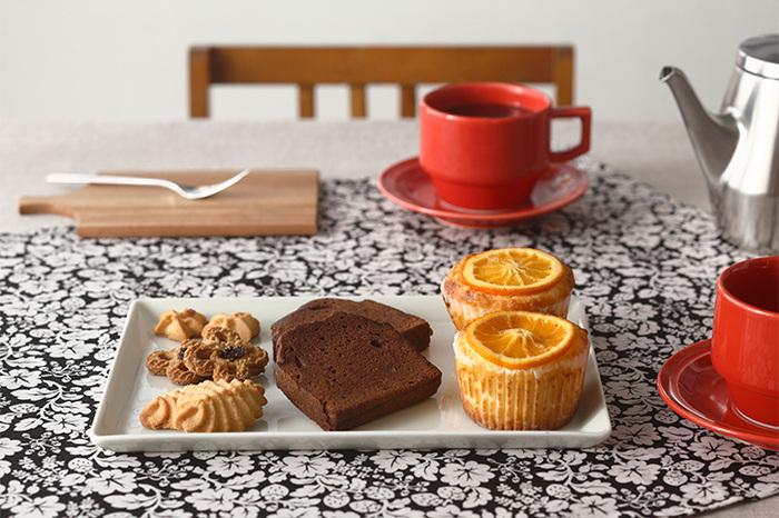 お菓子やパン、ケーキなどを並べても、スクエアは丸いお皿よりも容量がUP。縦横を意識して並べるだけで、ディスプレーされたお菓子に見えるから不思議ですよね。同じスクエアでも、角の感じで雰囲気が変わるので、お好みを探してみてくださいね。