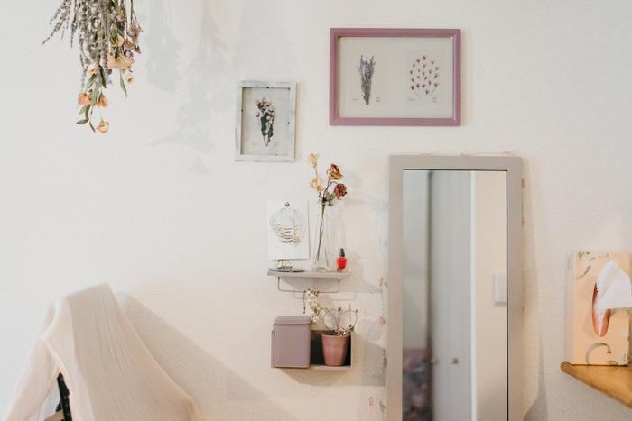 鏡のフレームをお部屋のテイストに合わせると、違和感なく馴染みます。ライトグレーのフレームがナチュラルアンティークな雰囲気にマッチしていますね。姿見は縦長で大きめですが、部屋のトーンに合わせると主張しすぎません。