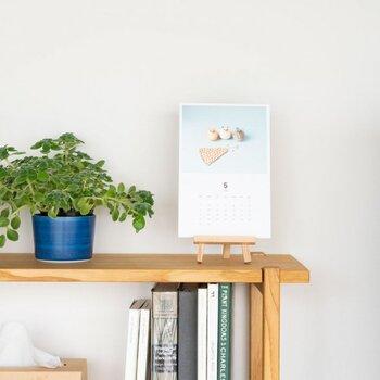 卓上に置きたい方はイーゼルを使ってみてはいかがでしょうか。アート感がぐっと上がります。イーゼルも木製や真鍮製のアンティーク風のアイテムなど、お部屋のテイストに合わせて選んでみましょう。