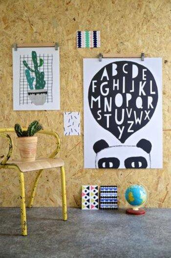 ポストカードの飾り方ですが、コルクボードに画鋲で留めたり壁に貼ったりといろんな飾り方があります。 例えばポスターハンガーを使うと、大事なポストカードに穴を開けることなくきれいに壁に飾ることができます。