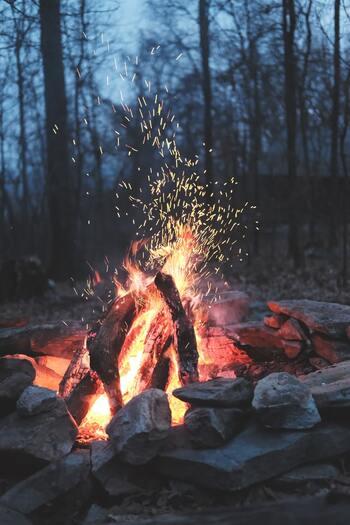 夏場は汗だくになってしまう焚火も、寒い時期には心地よく暖をとることができます。空気が乾燥している分、着火しやくす火起こしも楽ちんです。また、ストーブなど冬ならではの季節だからこそ楽しめるアウトドアアイテムも活躍させられます。