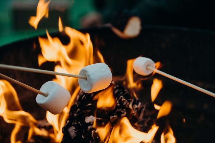 焚火といえば、やはり串焼きにして楽しむマシュマロ焼きやウインナー焼き。直火ならではの美味しさと雰囲気を楽しむアウトドアグルメです。暖を取りながら焚火グルメを堪能しましょう。