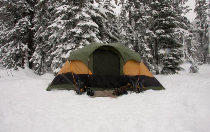 冬キャンプの人気が高まっているものの、積雪が多い地域では営業をしていない場合もあるので注意が必要です。事前のキャンプ地決めは、通年営業をしているのか?よく確認するようにしましょう。特に予約なしで行けるようなスポットは、閉鎖されていることもあるので気を付けましょう。  千葉、茨城、静岡といった積雪が少ない太平洋側の地域では、冬季営業しているところが多いですよ。
