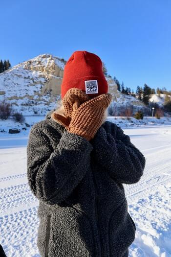 指先が冷たくなり凍えるように震えた経験はありませんか?屋外で作業することも多い冬キャンプでは、手袋や帽子も立派な防寒アイテムです。ウール素材などあったかな素材を選びましょう。