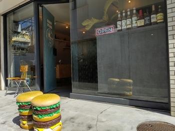 下北沢駅の南西口から歩いて1分の場所にある「MARY STAND(メアリースタンド)」は、都内に数店舗を構える人気のハンバーガーショップ。お店の入り口に置かれた大きなハンバーガーのオブジェが目印ですよ。