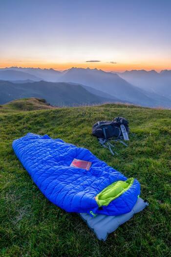 宿泊時の冬キャンプで活躍する寝袋。対応シーズンがあるので、冬キャンプでは氷点下でも使えるシュラフを選ぶようにしてください。マイナス15℃前後が冬キャンプにおすすめのシュラフとされています。また、形は「マミー型」と呼ばれる隙間が少ないすっぽり隠れるタイプがおすすめです。