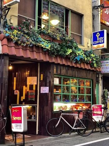 三軒茶屋、栄通り商店街にある老舗の喫茶店「セブン」。レトロな雰囲気あるお店の正面には、ずらっとメニューサンプルが並んでいます。