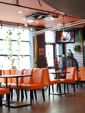 「art ReG cafe(アートレッグカフェ)」はギャラリー併設のカフェ&ダイニング。下北沢駅から歩いて5分ほどのビル2階にありますよ。