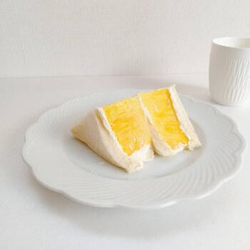 小さめにカットしておしゃれに盛り付けたら、おうちカフェを楽しめますね。家事や在宅ワークで疲れたときや、リフレッシュタイムに甘酸っぱいフルーツサンドをテイクアウトしてみませんか?