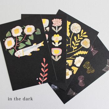 鹿児島睦さんの図案を選び取り、おしゃれなグラフィックとして表現した4枚のポストカードセットです。遊び心あるイラストと背景のコントラストがユニークで、大人っぽいインテリアとも相性抜群。