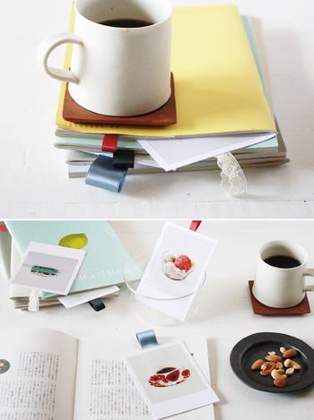 ポストカードを2枚重ねて間にリボンを輪にして挟めば、裏表で楽しめるブックマーカーに。雑誌や大きめの手帳にぴったりで、無くす心配もなさそうです。