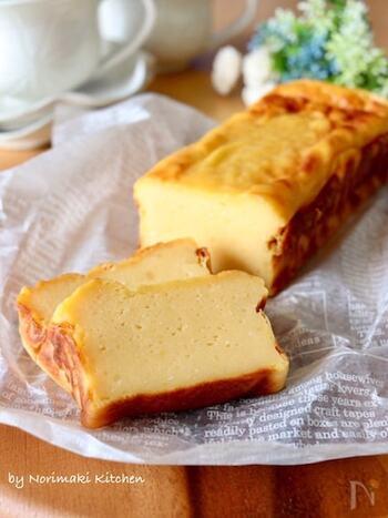 砂糖の半量をはちみつにして、消化吸収を穏やかにしたヘルシーチーズケーキです。パウンドケーキ型で作ると縦にスライスしていくだけで均等に分けられます。焼き上がりは膨らんでいますが、型のまま置いておくと、しっとりと落ち着いていきます。ある程度、冷ました後に型から外すと、崩れません。  水切りヨーグルトは同じ時間、水切りしてもメーカーによって出来上がり量が変わるので、ご注意を。