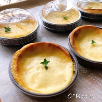 ひとり分ずつ作る水きりヨーグルトチーズケーキです。小さめにひとつずつ作れば、ホームパーティーでも提供しやすいですし、お持ち帰りしていただくのにも便利。  オーブンの中に入れるときは、場所によって焼き加減が変わってくるのでしっかり見ておきましょう。