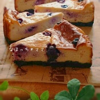 ベースのタルト台をオレオで作ったシックな色あいが素敵な水切りヨーグルトチーズケーキです。  こちらのレシピでは、ブルーベリーはフレッシュではなく、冷凍のものを使い、生地を全部、型に流し入れたあとに上からのせるようにして散らしています。大きめブルーベリーの時は、間隔をあけるようにして並べてみると、水玉模様のような可愛らしい雰囲気に仕上がりますね。