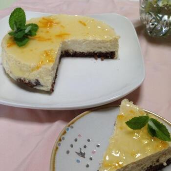 真っ白なレアチーズケーキのうえに、マーマーレードでつくったやわらかなゼリーを流し入れ、固めるレシピ。ほんのりと淡い色合いのマーマーレードゼリーがとても上品な雰囲気ですよね。  水切りヨーグルトのさっぱりとしたレアチーズケーキと水を足して作るマーマレードゼリーのほんのりとした甘さが絶妙にマッチしています。