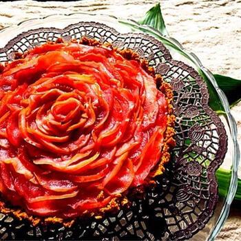 水切りヨーグルトチーズケーキの土台のうえに、薄くスライスしたりんごを甘く煮詰めたものをしきつめて、まるで大輪の薔薇のように見せています。  薔薇の花びらのように一枚ずつ、重ねていくだけで、こんなにも手の込んだ雰囲気のチーズケーキに仕上がるなんて驚きですね。
