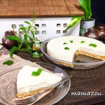 水切りヨーグルトを作った際にできるホエーとよばれる水分も活用したレアチーズケーキのレシピです。栄養のあるホエーは捨てたりするのはもったいない!ゼラチンを溶かす水代わりに使えば、美味しさもアップして一石二鳥ですよね。  柚子の甘酸っぱい風味の良さで、爽やかなチーズケーキに仕上がります。