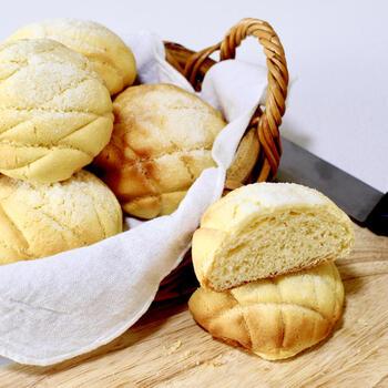 一見難しそうなメロンパンも、こねずに作れるんです*特徴的な網目をスケッパーで付けて本格的な見た目に。上のクッキー生地も、フードプロセッサーを使えばすぐにできますよ♪