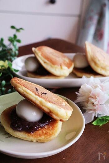 定番のどら焼きはホットケーキミックスを使えばおうちでも美味しく作れます。こちらのレシピでは白玉団子を使っていますが、お餅を使えばもっちりとした食感に♪