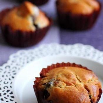 お餅とあんこの入ったマフィンは、ふっくらと優しい味わいに。ホットケーキミックスにお餅とあずきを混ぜ、オーブンで20分焼けばこんがりと!
