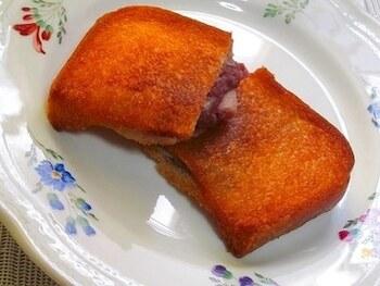 半分にカットし切れ目を入れた食パンにあんことお餅を入れ、フライパンでこんがりときつね色になるまで揚げるだけ。ホクホク&温かなどこか懐かしい揚げパンはいかがでしょう?