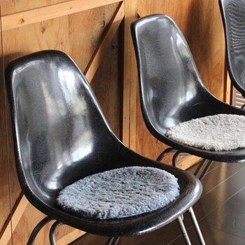 冬は椅子が冷たくなって座るのがちょっと辛いことも。そんなときはシートクッションがおすすめです。良質な羊毛を使用したSkandilockのクッションは、保温性にも優れたふかふかソフトな風合いが魅力で、おしりをぽかぽか温めてくれます。