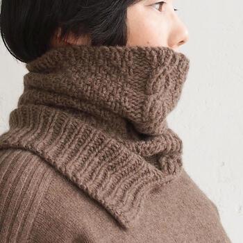 ふんわり柔らかなヤクの毛を使用した手編みのネックウォーマーは、ジャストタイプとゆったりタイプの2種類。ジャストタイプは首にぴったりとフィットし、ゆったりタイプは首から少しゆとりがあるサイズ感。