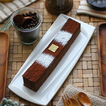 広島にある人気洋菓子店ジョリーフィスのチョコレートケーキ。しっとりとしたチョコレート生地に濃厚なガナッシュがサンドされていてとっても美味しい!細長い形なので食べやすく、何人かで切り分けて食べてもいいですよね。