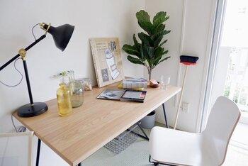 ナチュラルなテーブルと椅子を置いて、絵を描いたり、ハンドメイドしたり。自分だけの特別な時間を過ごすためのアトリエスペースとして、和室を活用してみませんか?