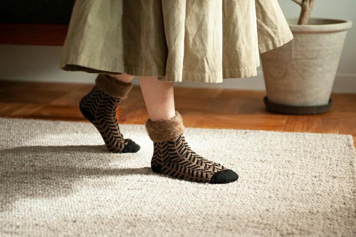フィンランド製の「もこもこソックス」は、糸の状態や天候に配慮し作られた、温もりとこだわりを感じられる一足です。落ち着いたカラーリングのヘリンボーン柄がおしゃれ♪