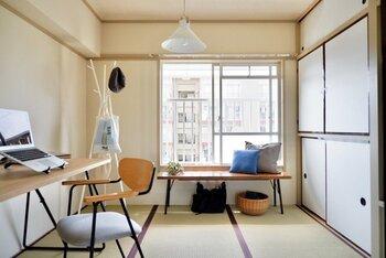 仕事に疲れたら、窓辺でティータイム。ローテーブルも、作業テーブルや椅子も、全て黒い脚のものを使うなど統一感をもたせる事で全体がまとまります。
