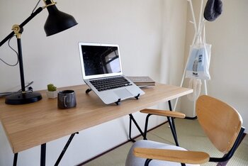 デスクワーク、リモートワークも、和ミックスで暖かみをプラスした空間で。シンプルでナチュラルなデザインのテーブルや椅子なら、和室にもよく馴染みます。
