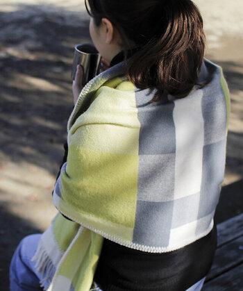 羽織るのはもちろん、膝掛けとしても重宝します。ポケット付きなので手を入れて温めたり、スマホも入れられるので便利!
