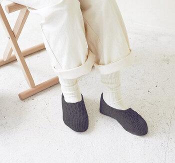 ウール素材を使用したルームソックスは、手編み風のハニカム模様がアクセント。甲までしっかりと覆い足をぽかぽか温めてくれます。特に足先が冷える寒い日は、靴下やタイツの上から重ね履きがおすすめです。