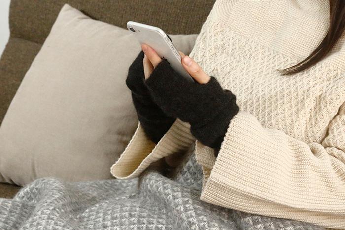 """体が冷えないようにするためには、首・手首・足首の""""3つの首""""を温めることが重要。こちらは、カシミアセーブル毛糸で編み上げたアームウォーマーです。しっとりとした肌触りで、袖口からの冷気を防ぎながら手元をぽかぽかに温めてくれます。"""