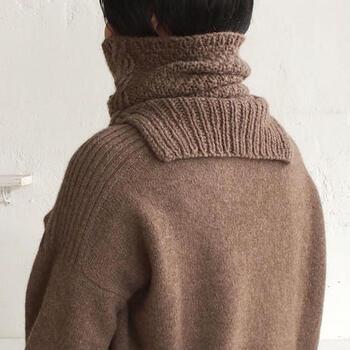 後ろ姿はこんな感じ。ハーフリブがあることで隙間ができないため、首元を冷気からしっかり守ってくれます。鹿の子編みとケーブル模様が表情豊かで温もり感たっぷり*
