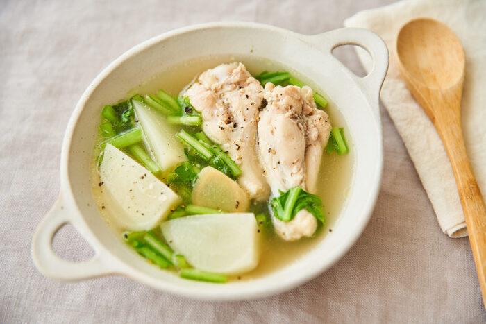 胃腸をホッと温めてくれるスープは、ぜひ積極的に作りたい定番のリセットご飯。こちらは鶏の旨味とコクがギュッと詰まったおかずスープです。手羽元を塩麹で揉み込んでおくことで、お肉がホロホロ柔らかくとろける食感に。体を内側から温めてくれる生姜に加え、カブや白菜などの冬野菜をたっぷり入れてヘルシーに仕上げましょう。