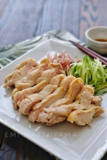 高タンパク低カロリーな鶏ムネは、お肉の中でもとてもさっぱり食べれる食材ですよね。鶏肉は前日や時間のある時にサッと茹でておけば、あとは食べる前に切ってタレをかけるだけ。油淋鶏ソースにはお酢を多めに入れることで、胃がもたれていてもさっぱりといただくことができますよ。