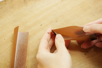 おかずの量や大きさに合わせてワックスペーパーで仕切りを作るのもおすすめです。ポケット状や筒状に折れば汁漏れ・シミの防止になりますよ。