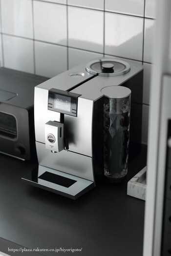 オンもオフも重宝する、カフェ気分が味わえる本格的なコーヒーマシン、JURA(ユーラ)コーヒーマシンENA 8。高価ですが家で過ごすことが多い方はもちろん、来客が多いお家にも◎ 家で本格的なコーヒーをいただけるなんて、至高のひととき。 仕事も家事もはかどります。