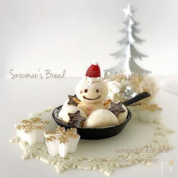 スノーマンの形に作ったちぎりパン!いちごの帽子や、チョコペンで描いた顔がとっても可愛いです。お子さんと一緒に作るのも楽しそうですね*