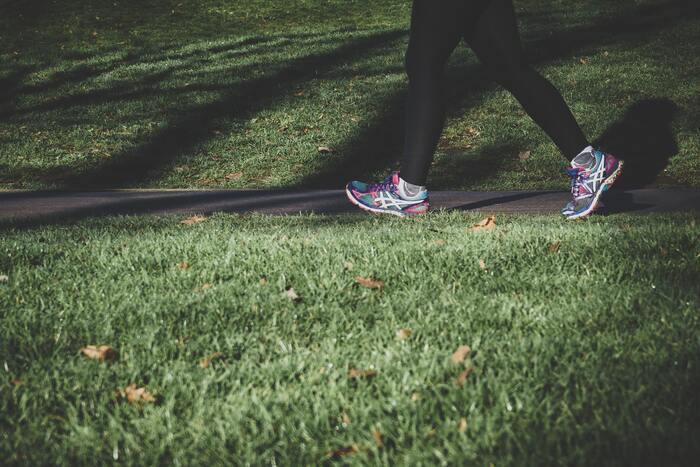 運動とポジティブシンキング、一見関係なさそうに見えますが、体を動かすことで「幸せホルモン」とも呼ばれるセロトニンが増え、心が安定し前向きな自分を作ってくれると言われています。運動が苦手で普段はやらない・・・という人も、楽しくできるエクササイズで汗をかいたり、ウォーキングなどの有酸素運動を取り入れてみましょう。考え事をしていて煮詰まってしまった時や、ストレスでいっぱいになってしまった時の良いフレッシュにもなりますね♪