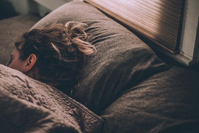基本的なことですが、「十分な睡眠」をとることは前向きな自分を作るのにとても重要です。睡眠不足が続いてしまうとマイナス思考になる、感情が不安定になりうつ病の発症率が上がる・・・などメンタル面に大きな影響を及ぼしてしまいます。ベッドに入ったら、リラックスするためにスマホはなるべく見ない、気持ちがモヤモヤするような考え事はやめる!など、毎日良質な睡眠がとれるように心がけましょう!