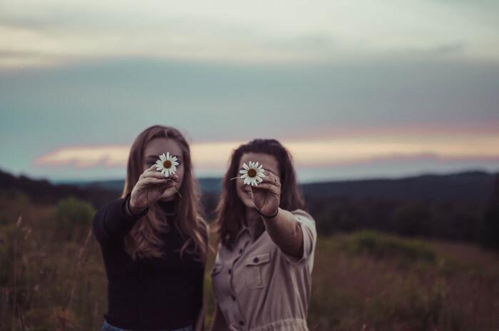 「隣の芝生は青い」ということわざがあるように、他人が持つ物を羨ましく思ってしまったり、自分と見比べて劣等感を抱いてしまうことがあります。しかし他人と比べても気持ちが落ち込むだけで、「あまり意味が無い」ということを覚えておくようにしましょう。どうしてもその人を見ると嫉妬心やマイナスな感情でいっぱいになってしまう・・・という人は、その人のSNSは覗かない、目に入らないようにするなど意識することも大切です。