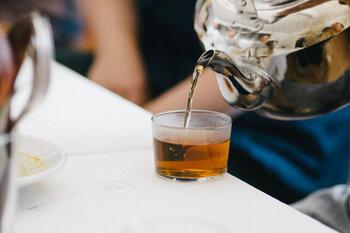 有機大麦を使用した、優しい甘みと香ばしさの麦茶。お子さんや妊婦さんも毎日安心して楽しめます。簡単なティーバッグで、煮出しでも水出しでもOK。季節問わず常備しておきたいですね。