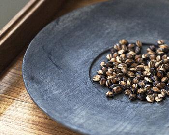飛騨高山産の最上級AAグレードの六条大麦を100%使用。老舗のお茶屋さんが、砂とともに時間をかけて煎る「砂煎り製法」で仕上げたこだわり麦茶なので、香ばしさが豊かです。冬はホットでゆったりと楽しみましょう。