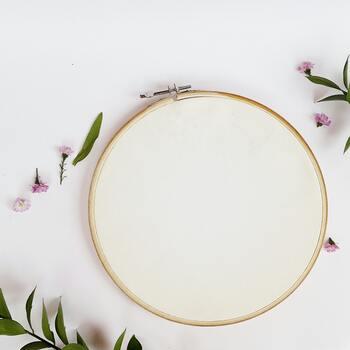 次はフープに布を張っていきます。一般的な刺繍枠を布に張るときよりも、布をしっかり固定するようにしましょう。布がピンと張るよう四方に引っ張りながらねじを締めていくのがコツですよ!