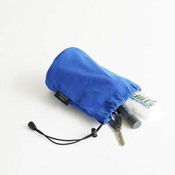 コンパクトな巾着型のメイクポーチ。底の部分はクッションが入っていて、置いた時の衝撃を和らげてくれます。手洗い可能なのでお手入れも簡単。撥水加工が施されているので洗面台に置いても安心です。